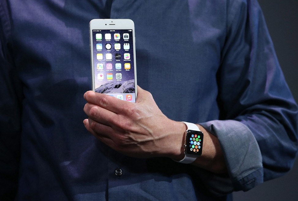 Tim Cook iPhone 6 Plus Apple Watch