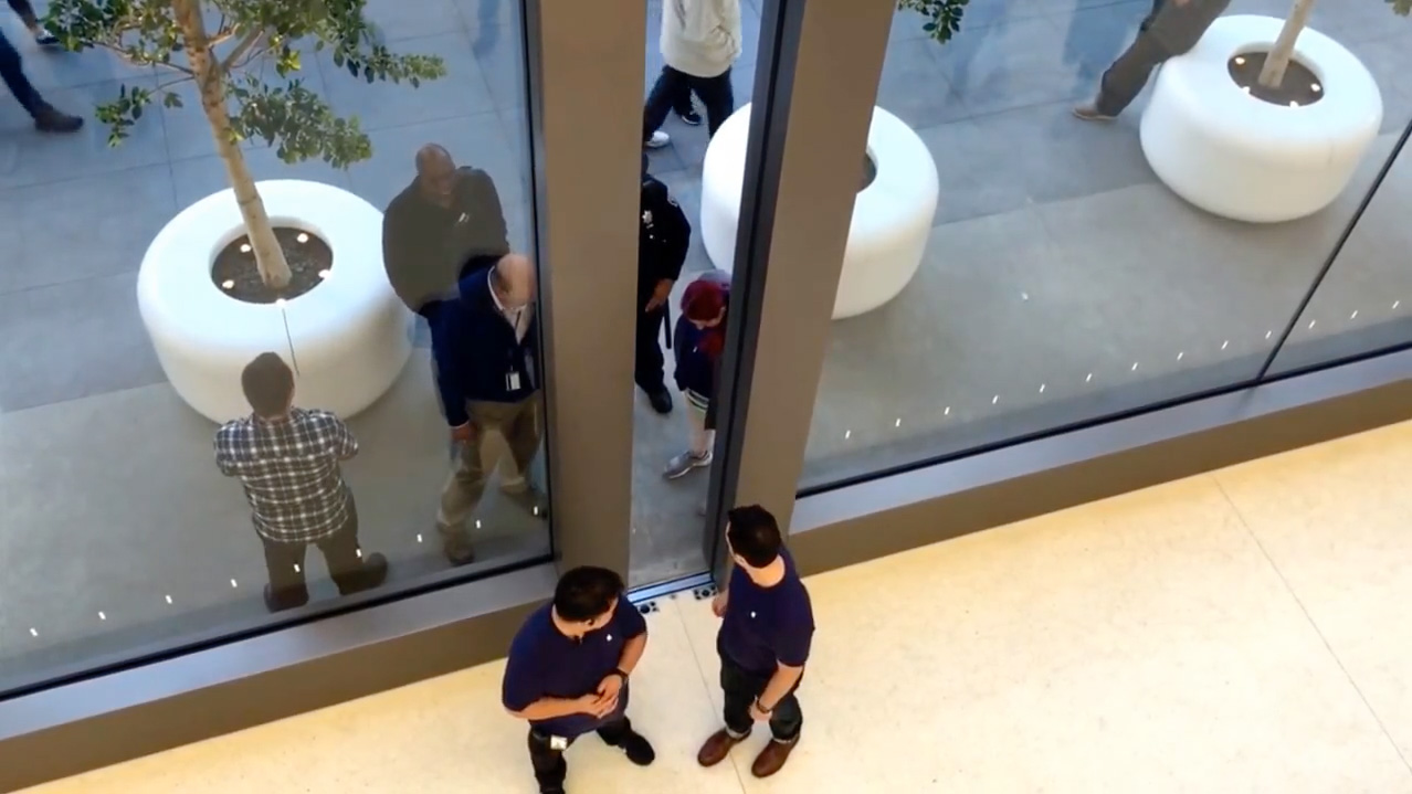 Apple Store doors close